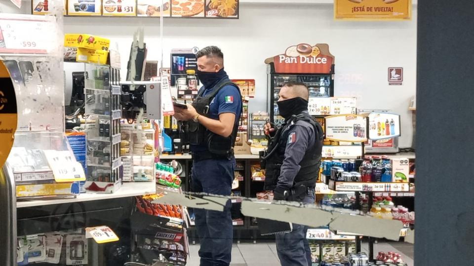 Policía Municipal en tienda de conveniencia