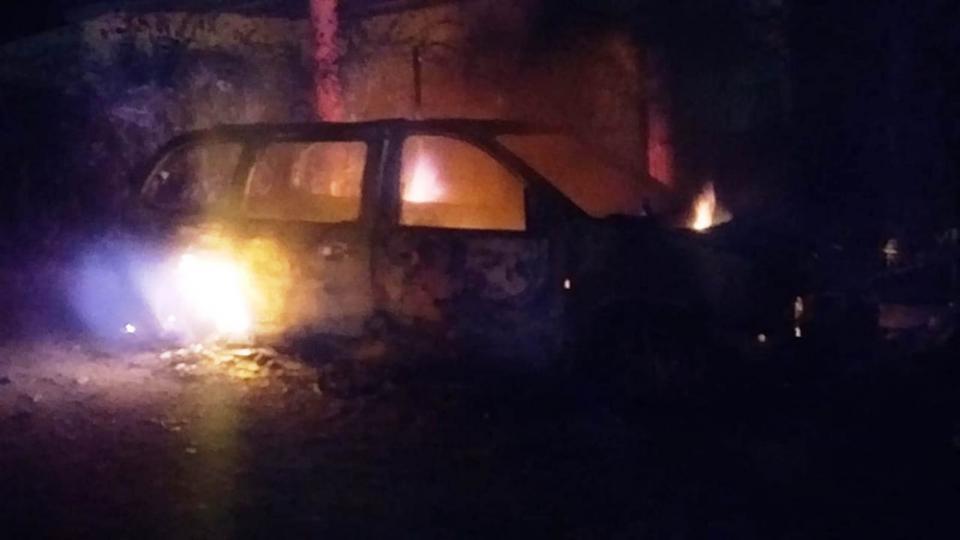 Prenden fuego a auto abandonado