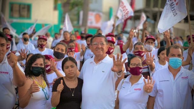 Profe Michel sigue recorrido en colonias de Puerto Vallarta
