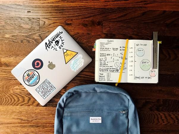 Laptop junto a una mochila