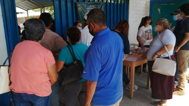 Vacunan a menores de 50 años en Valle Dorado, ¡y volaron!