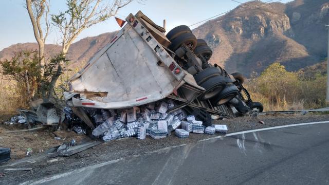 Vuelca camión cargado de cervezas