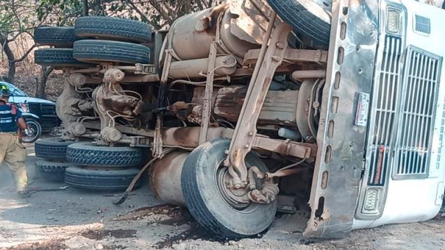 Se vuelca camión de volteo cargado con tierra