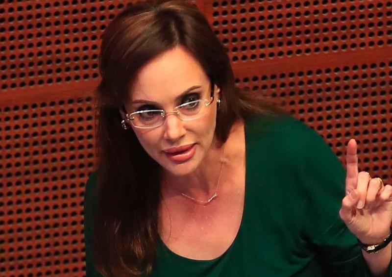 Lilly Téllez compara narco con desabasto de medicinas