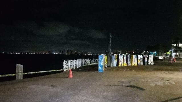 Acordonan letras del Malecón ante fuerte oleaje