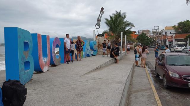 Bucerías registra alto oleaje por huracán Enrique