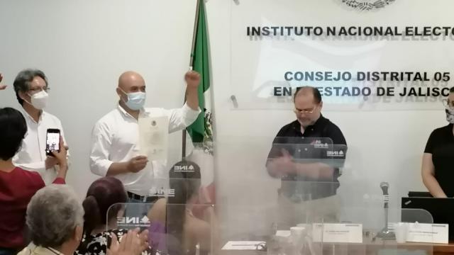 Dan constancia a Bruno Blancas; es diputado federal electo