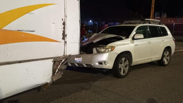 Camioneta se impacta con camión en carretera federal 200