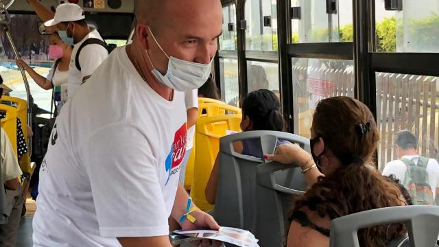 Carlos Gerard cierra campaña en transporte público