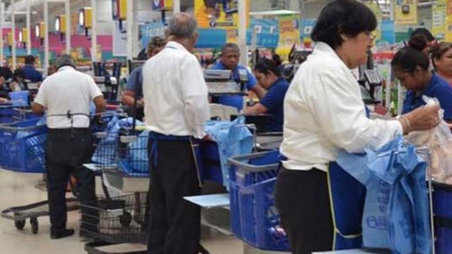 Adultos mayores laborando como empacadores