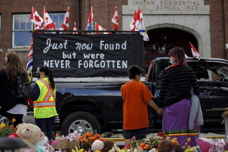Fosa común en exinternado católico en Canadá con resto de niños indígenas