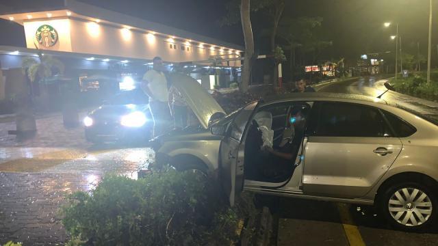 Fue por tacos y al regreso destrozó su auto