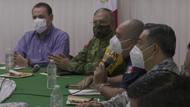 Jaime Cuevas con autoridades de Protección Civil
