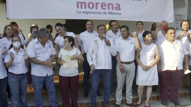 Luis Alberto Michel celebrando en la Plaza de Armas de Puerto Vallarta tras calificado como presidente electo