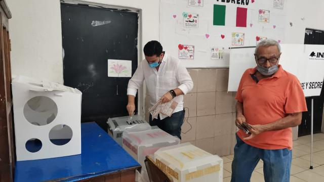 Luis Munguía en espera de emitir su voto