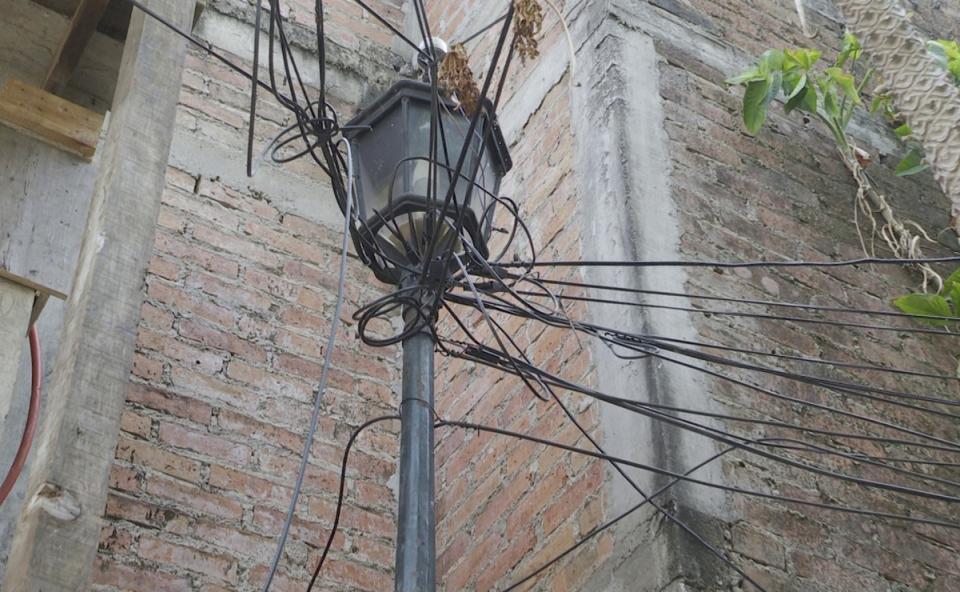 Luminaria descompuesta causa accidentes en calle Amapas