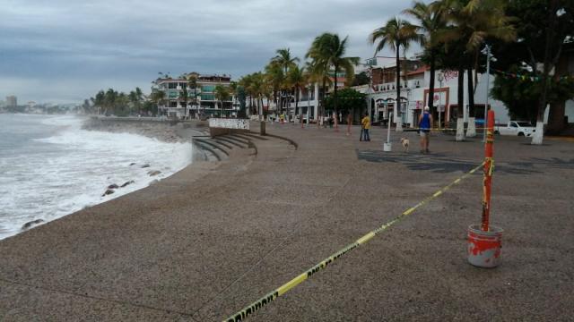 Por oleaje alto cierran el área del caballito en el Malecón