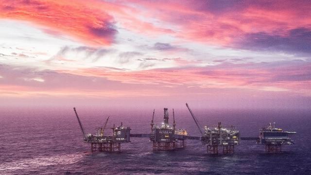 Petróleo baja ante fortalecimiento del dólar
