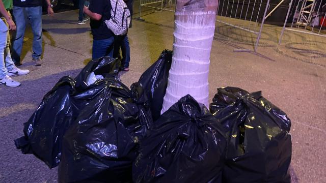 recogieron su basura en bolsas negras