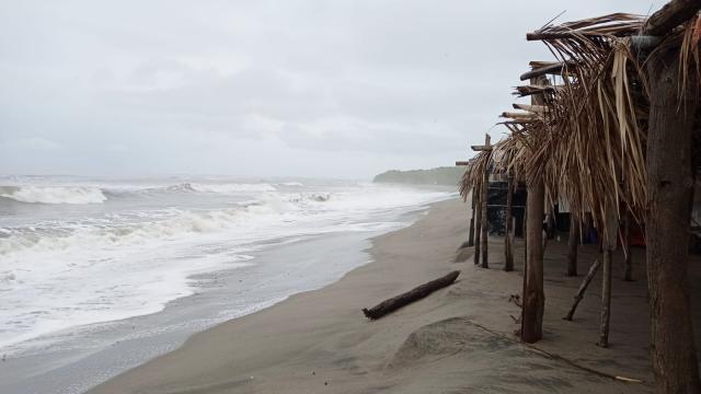 Afecta alto oleaje ramadas en Boca de Tomates