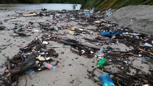 Un basural bajó junto con la corriente del Río Pitillal