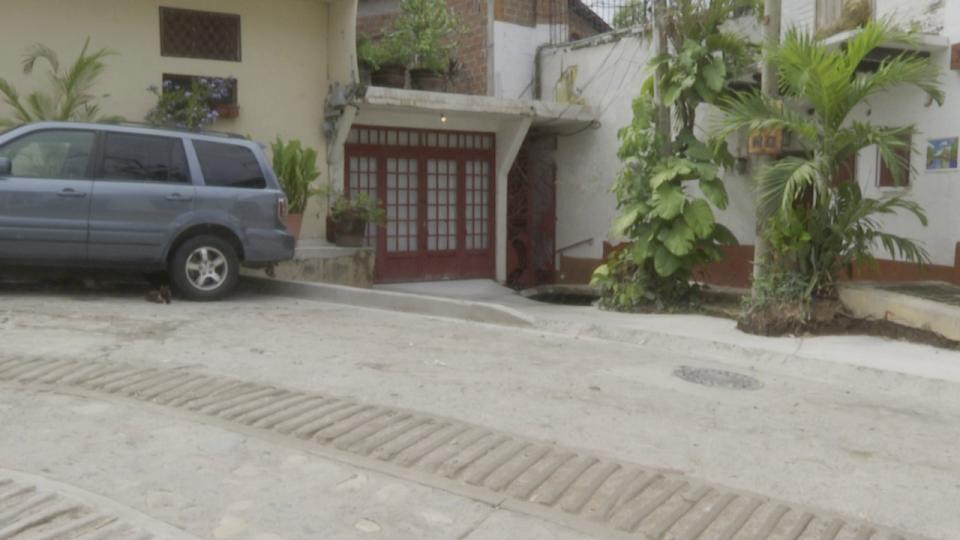 Vecino del centro de Vallarta se adueña de calle
