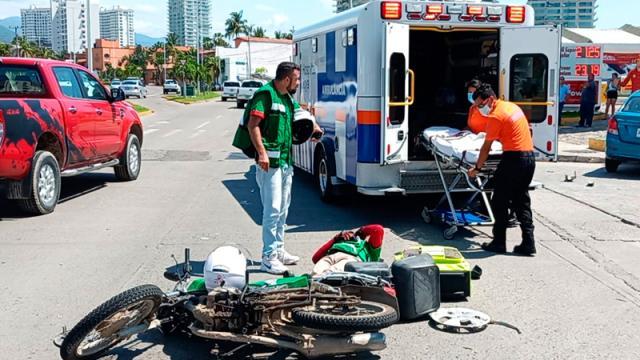 En aparatoso accidente, motociclista resulta lesionado