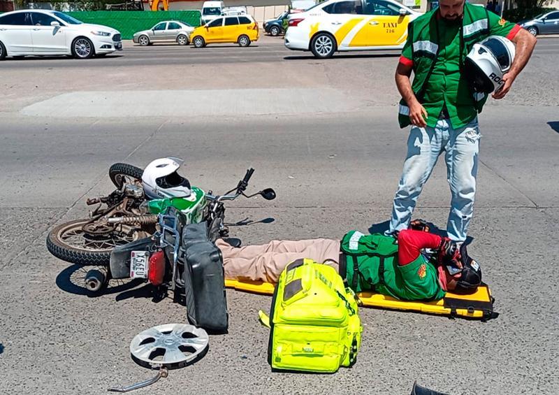 Choca motociclista contra auto