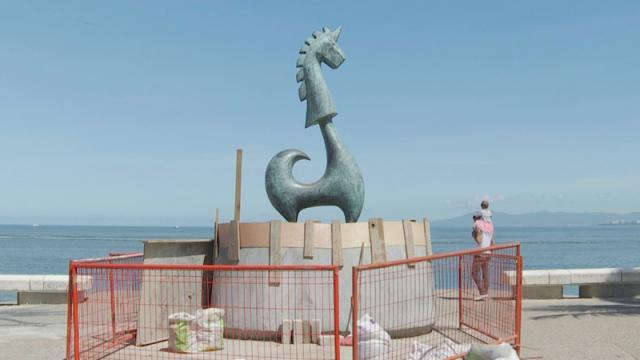 Suben escultura Unicornio del Malecón para que no lo monten