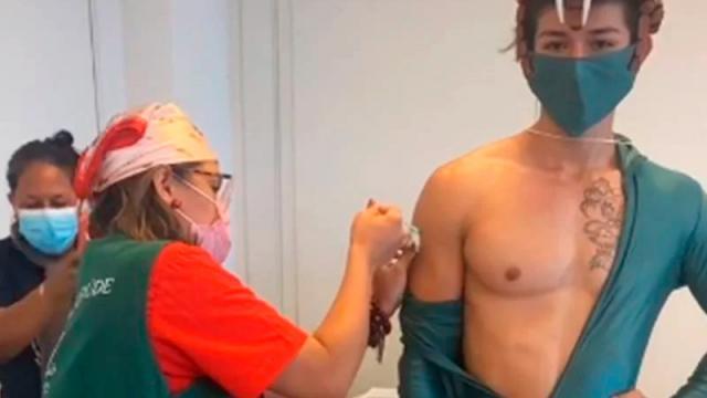 En protesta a Bolsonaro brasileños se vacunan con disfraces