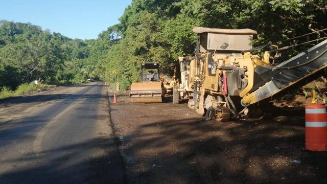 Continúan las reparaciones en la carretera federal 200