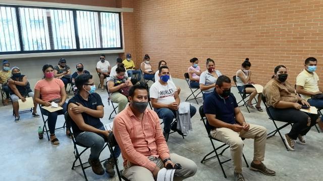 Hay sala para vacunarse con aire acondicionado en La Lija