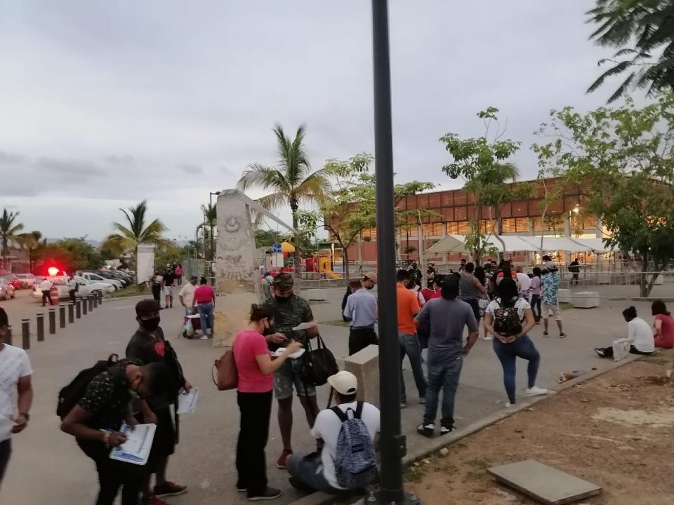 Jóvenes madrugan para vacunarse en Puerto Vallarta