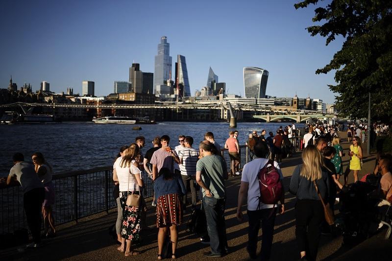 Población sin uso de cubrebocas ni medidas en Londres