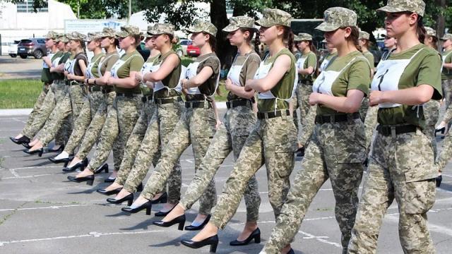 Mujeres soldado usando tacones en Ucrania
