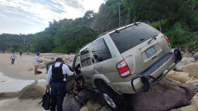 Pierde control de vehículo y cae hacia el mar