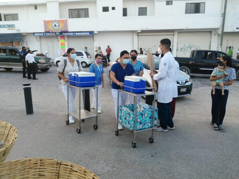 Thousands of people are reported waiting to be vaccinated in La Lija