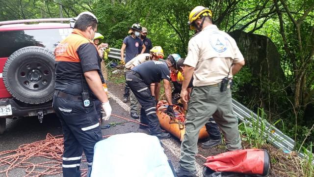 Protección Civil rescata a menor herida tras volcadura