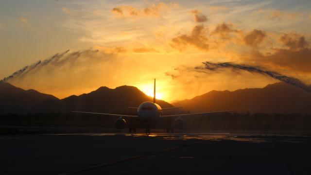 Avión en pista de aeropuerto