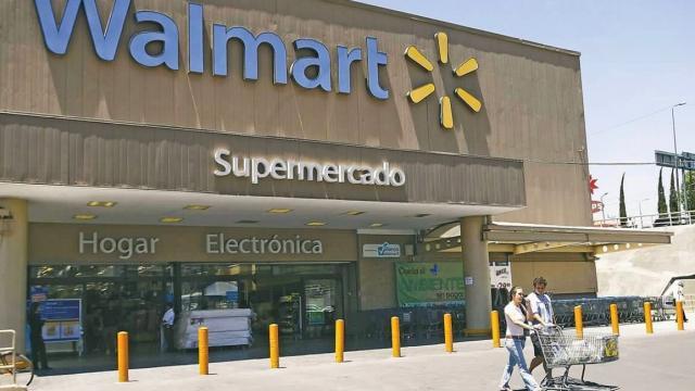 Walmart reincorpora a adultos mayores como empacadores