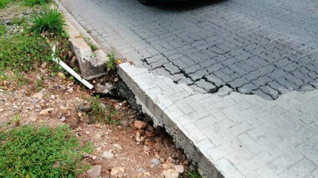 Peligrosos socavones dejan las constructoras en la avenida de ingreso