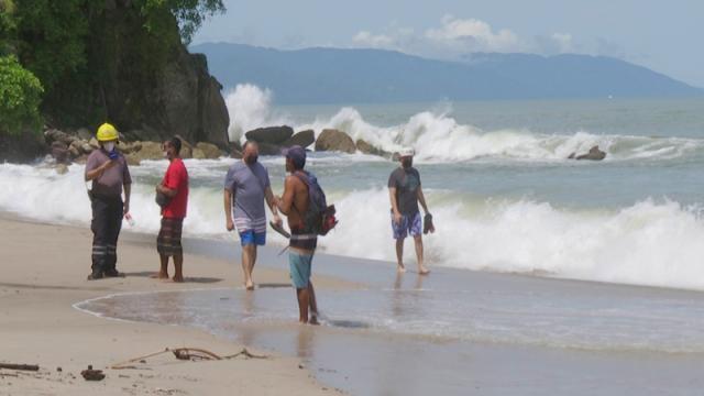 Disfrutan visitantes de playa y alto oleaje en Vallarta