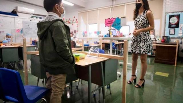 Vuelven a clase en Miami en polémica por uso de cubrebocas