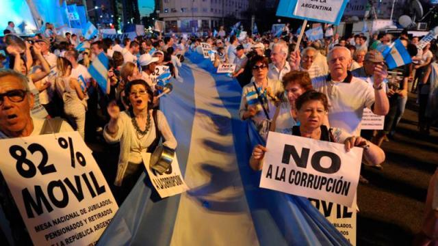 Protestan contra Fernández por festejo en pandemia
