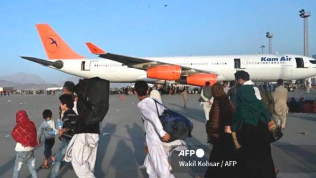Talibanes permitirán acceso de civiles a aeropuerto de Kabul