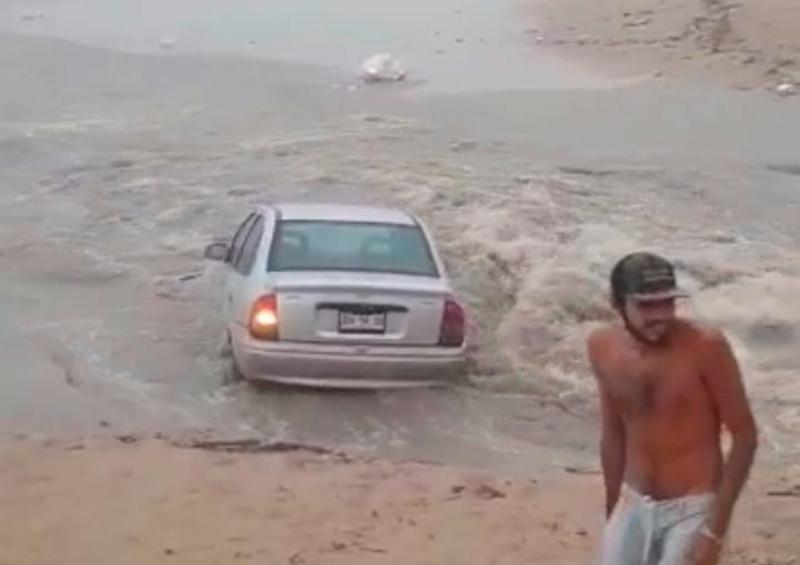 Tromba en Vallarta; corriente arrastra auto al mar