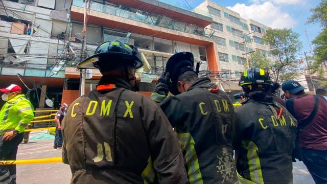 Habitantes retiran pertenencias tras explosión en edificio