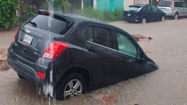 Debido a la falta de señalización cae con su auto en pozo