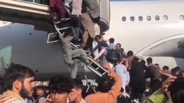 Aeropuerto de Kabul en caos