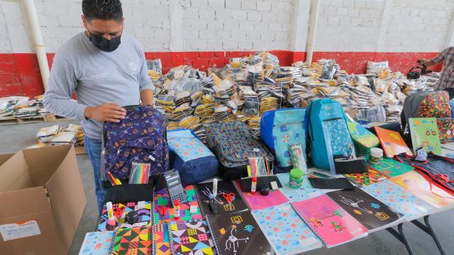 Preparan entrega de mochilas y útiles escolares